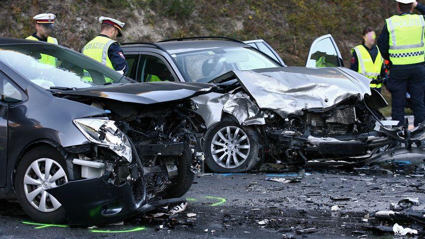 Ausweichmanöver wegen Vollbremsung: Autos stießen in Fließ zusammen