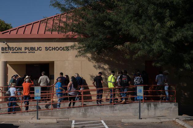 Wie hier in Benson, Arizona, bildeten sich vor vielen Wahllokalen lange Schlangen.