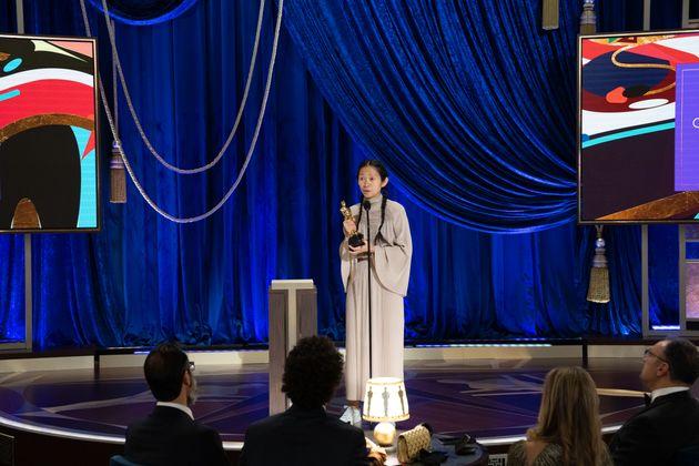 """Chloé Zhao bekam für """"Nomadland"""" den Oscar für die beste Regie."""