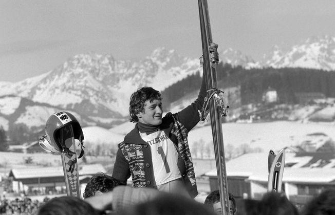 """Der Kaiser:  Spätestens mit seinem Olympiasieg 1976 wurde Franz Klammer zum Volkshelden. Nach seinem viertem und letztem Streif-Sieg brachen alle Dämme, die Zäune im Zielraum wurden niedergetreten. Ein Jahr später dankte der """"Kaiser"""" ab."""