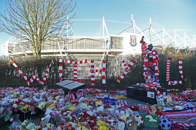4. März: Die Anhänger von Stoke City trauern rund drei Wochen nach dem Tod von Englands Weltmeister-Torhüter Gordon Banks um die Club-Legende. Täglich werden Blumensträuße, Schals und weitere Andenken an den Keeper vor der Statue abgelegt.