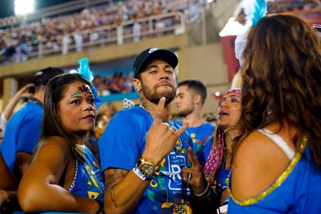 5. März: Tanze Samba mit mir! Fußballstar Neymar schaute beim Karneval in Rio vorbei. Der rekonvaleszente Angreifer von PSG wagte im Sambodrom auch das ein oder andere Tänzchen.