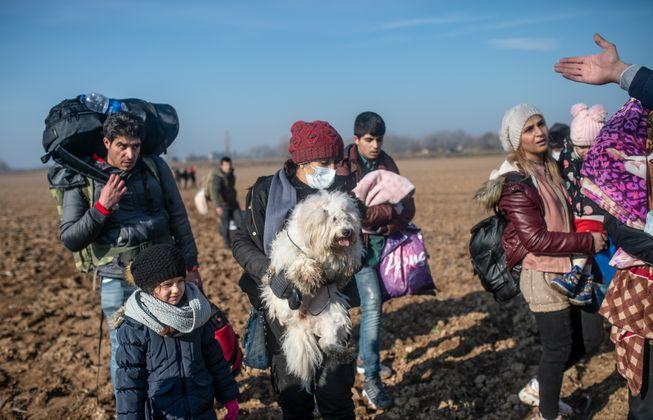 Migranten auf dem Weg zur griechischen Grenze in Pazarkule in der Provinz Edirne.