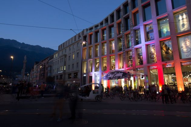 Kaufhäuser und Geschäfte lockten die Besucher mit besonderer Deko - hier das Kaufhaus Tyrol.