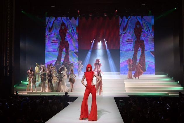 Ein Model zeigt einer Kreation der 2020 Haute Couture Frühlings-/Sommerkollektion von Gaultier in Paris.