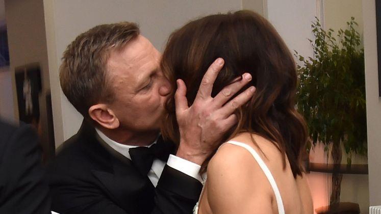 """James Bond küsst seine Frau: 007-Darsteller Daniel Craig drückte seiner Frau Rachel Weisz bei der """"Spectre""""-Premiere in London einen Schmatzer auf die Lippen."""