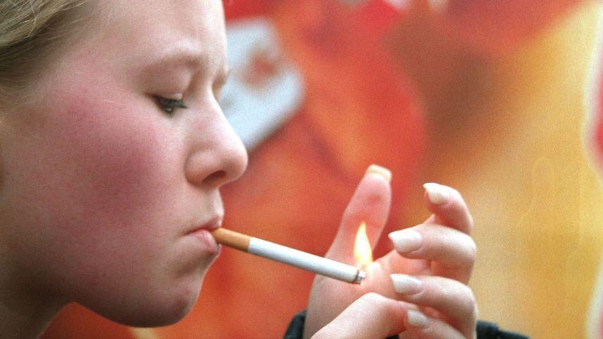 2 Mädchen rauchen Zigarette