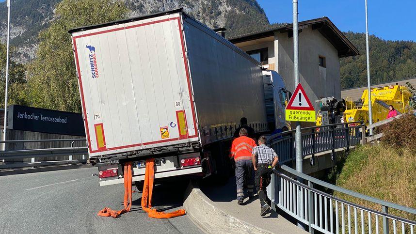 Lkw verkeilte sich in Jenbach mit Betonmauer: Langer Stau