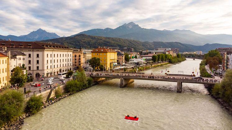 Mitten in der Stadt: Das an der Brücke befestigte Unterwassersegel, im Hintergrund der Innsbrucker Marktplatz.