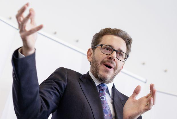 """""""Wir werden in Österreich mit einer generellen Arbeitszeitverkürzung das Licht abdrehen. Dann können wir uns alle weiße Leintücher umhängen und geordnet zum wirtschaftspolitischen Friedhof marschieren."""" ... Wirtschaftskammerpräsident Harald Mahrer hat Todesangst vor der 35-Stunden-Woche [...] """"Ich kenne das erstens einmal auch gar nicht."""" ... und will über sparsamen Mineralwasserkonsum in der Opernball-Loge nicht reden."""