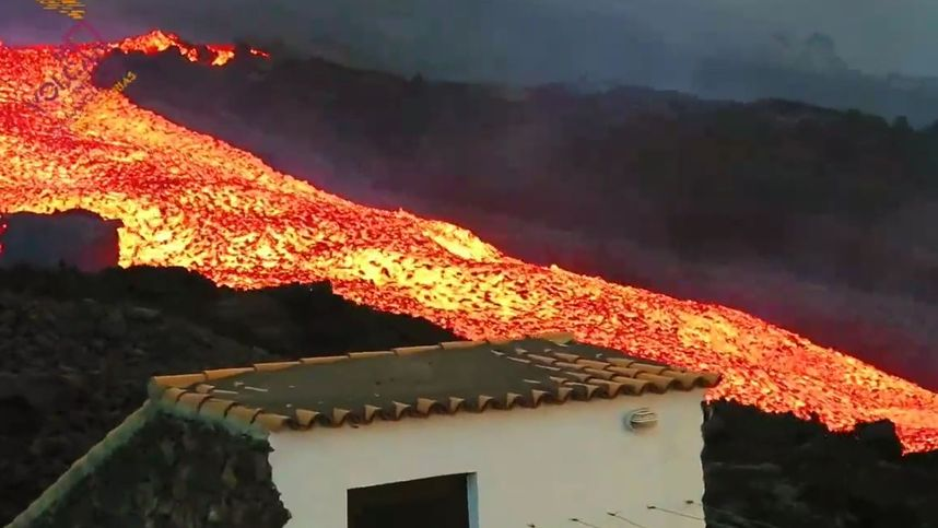 """Lava ergießt sich wie ein """"Tsunami"""" aus dem Vulkan auf La Palma"""