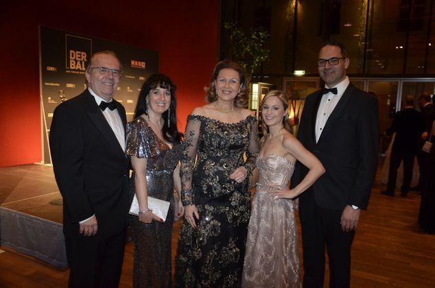Moser-Holding-Chef Hermann Petz (l.) mit Frau Carmen, LR Patrizia Zoller-Frischauf, WKT-Präsident Christoph Walser mit Frau Yvonne (2.v.r.).