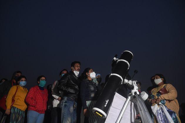 """Menschen versammelten sich in Kolkata um die """"Große Konjunktion"""" zu beobachten."""
