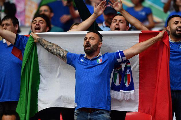 Auch Italiens Fans zeigten Flagge.