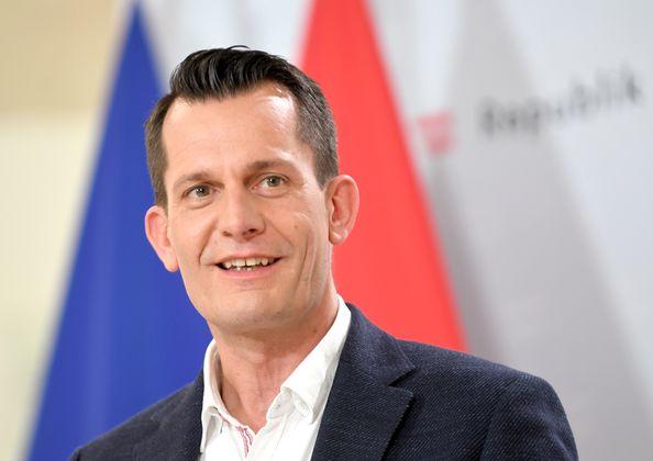 """""""Man darf ja nirgends."""" – Wolfgang Mückstein raucht als Gesundheitsminister weniger."""