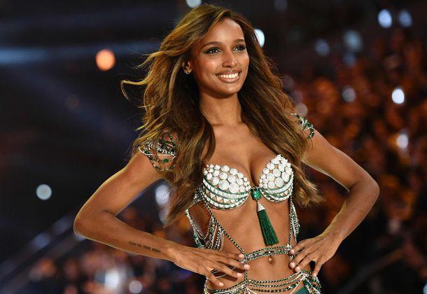 """Star unter den Models war Jasmine Tookes, die den drei Millionen Dollar teuren """"Fantasy Bra"""" zeigte."""