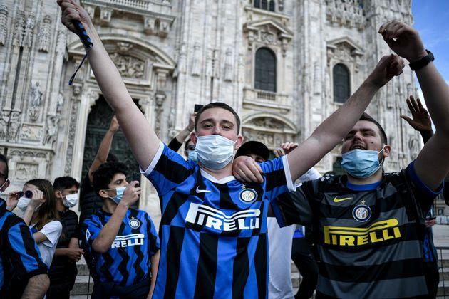 Die Fans trugen zwar größtenteils Mundschutz, ...