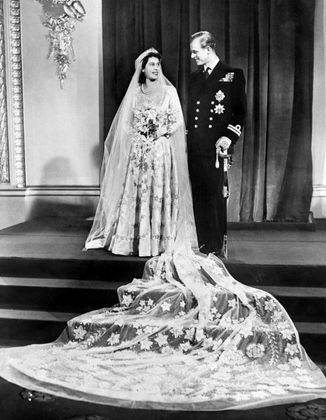 Offizielles Hochzeitsfoto von Elizabeth und Philip, aufgenommen im Buckingham Palace in London am 20. November 1947.