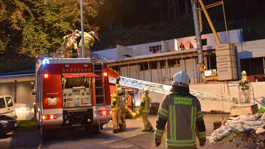 Korb von Kran kippte: Männer stürzten in Elbigenalp aus vier Metern ab