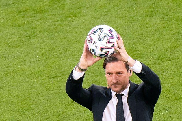 EM-Botschafter Francesco Totti mit dem offiziellen EURO-Spielball.