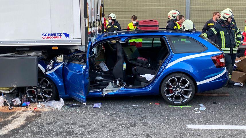 Auto prallte auf A12 bei Kramsach gegen Lkw-Heck: Lenker schwer verletzt