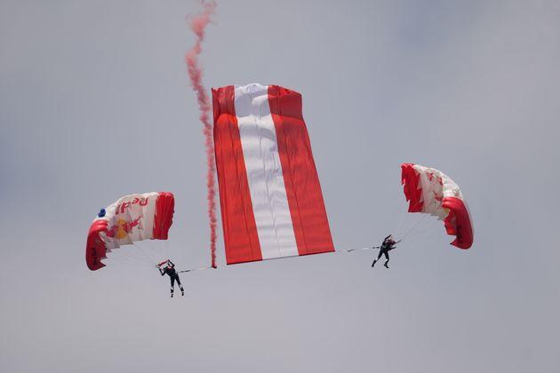 Die Red-Bull-Flugshow vor dem Rennen durfte freilich nicht fehlen.