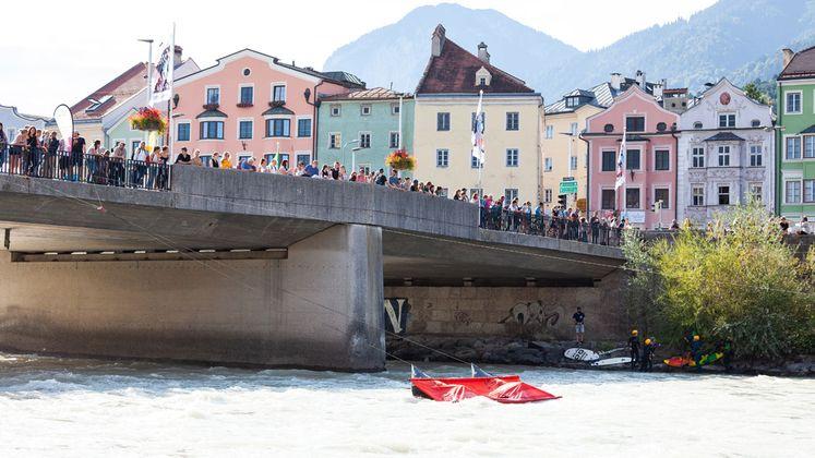 Die Innbrücke als malerischer Ort für Touristen - nun auch für den Wassersport.