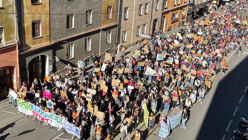 """Etwa 2000 Klima-Aktivisten bei Demo von """"Fridays for Future"""" in Innsbruck"""