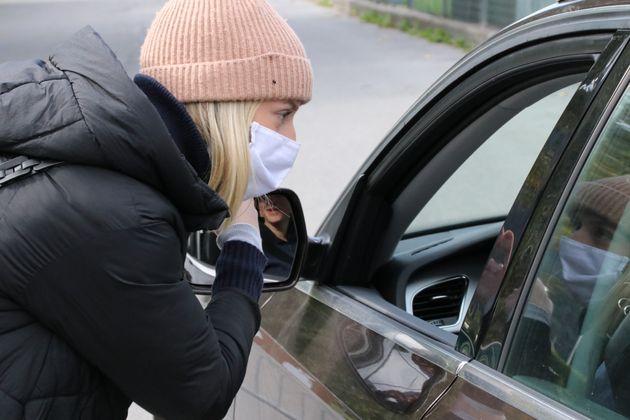 Maya begrüßt die Saft- und Obsteinkäufer in ihren Autos.