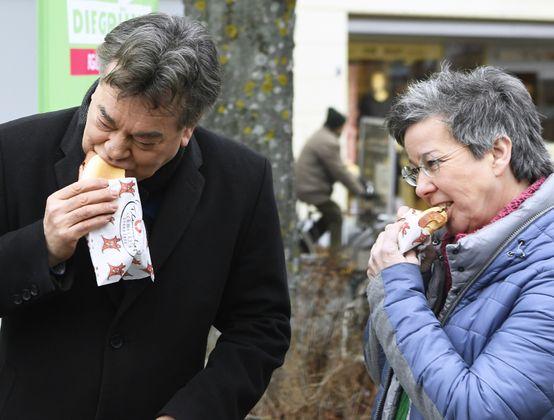 """""""Ich sage immer: eine Leberkässemmel ist besser als ein Burger."""" – Grünen-Chef Werner Kogler wird im Burgenländischen Wahlkampf mit verwurstetem Mangalitzaschwein beglückt."""