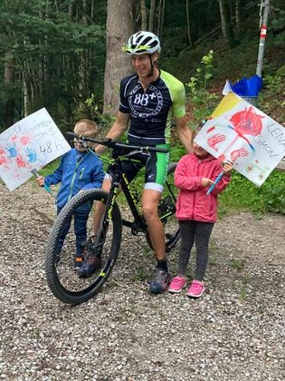 """Moralische Unterstützung: Kinder feuerten den """"narrischen Radler"""" mit Plakaten am Wegesrand an."""