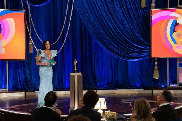 Top: Regina King eröffnete die Zeremonie – und sie tat es mit breiten Schultern. Wer will, darf darin ein gesellschaftliches Statement lesen: Wir (Frauen, nicht-weiß) erobern uns mehr Platz in Hollywood.