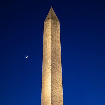 Der Mond (l.), Saturn (o.r.) und Jupiter (u.r.) hinter dem Washington Monument.