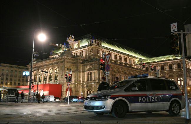 Die Wiener Staatsoper war am Donnerstag draußen gut bewacht, während drinnen getanzt wurde.