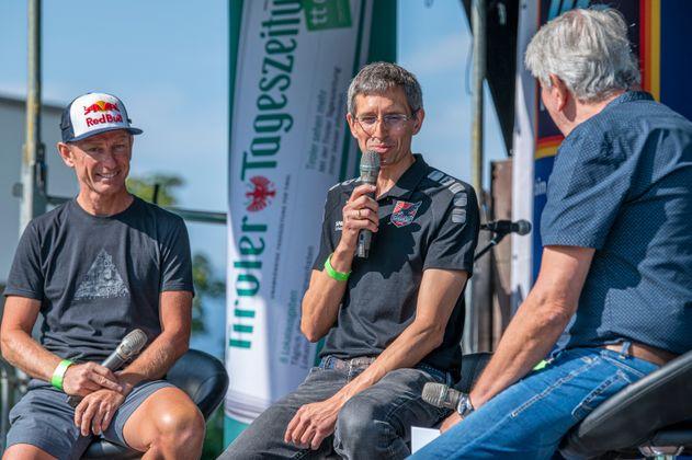 Bergläufer Markus Kröll (l.) tauschte gestern den Startplatz beim Steinbockmarsch in Ginzling gegen die TT-Bühne in Schwaz und wurde mit dem Schwazer Handball-Chef Thomas Lintner interviewt.