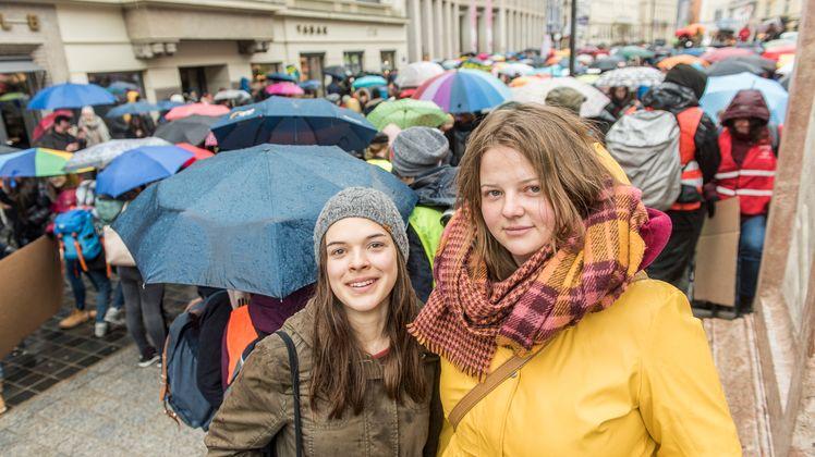 """Die 19-jährige Maturantin Monika Messner (l.) hielt eine Rede. Sie betonte, wie wichtig der Zusammenschluss der Schüler ist: """"Es reicht nicht wenn wir alle selber nachhaltig leben. Wir müssen Druck aufbauen, auf Politik und Unternehmen. Sie haben die Macht, etwas zu verändern!"""" Anna Perktold (20) aus Fritzens hat die Organisation der """"Fridays for Future"""" in Innsbruck übernommen. """"Wir werden standhaft bleiben, bis etwas passiert"""", zeigt sie sich kämpferisch."""