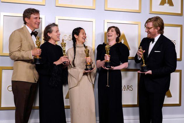 """Die Produzenten Peter Spears, Frances McDormand (auch Hauptdarstellerin), Chloe Zhao (auch Regisseurin), Mollye Asher und Dan Janvey bekamen die Auszeichnung für ihren Film """"Nomadland""""."""