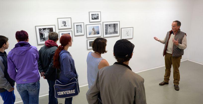 """Heinz Jörgen Hafele führte durch seine Ausstellung """"Visuals"""" (Fotografie) im Fotoforum West am Adolf-Pichler-Platz."""