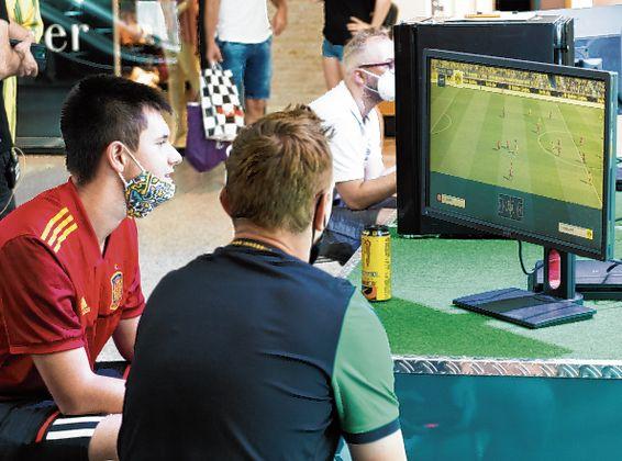 Auch die eigenen FIFA-Fähigkeiten konnten gegeneinander und gegen die Profis der Wacker-Kampfmannschaft getestet werden.